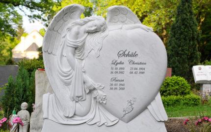 Grabstein Engel mit Herz aus Marmor (Meriana) & Granit Grabeinfassung für ein Familiengrab / Grabstätte in Berlin - Friedhof: Luisenkirchhof III