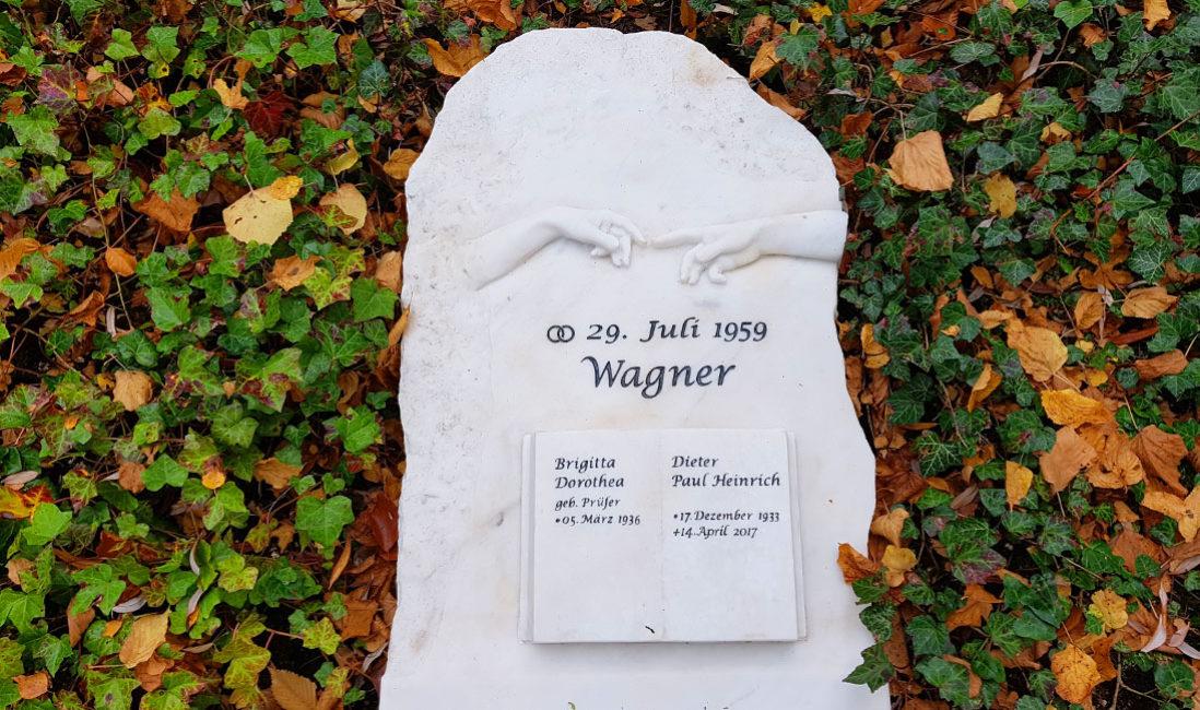 Findling Liegestein Liegeplatte Liegegrabstein Doppelgrab Marmor mit Buch Steimmetz Gera Ostfriedhof Thüringen