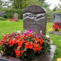 Bepflanzung Urnengrab modern Blumen Gestalten bepflanzen Beispiel Idee Bilder Urnengrabalage Einfassung Urnengrabstein