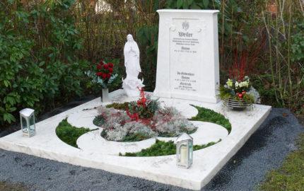 Gedenkstein für eine Familiengrabanlage aus Marmor in Köln auf dem Friedhof Brück