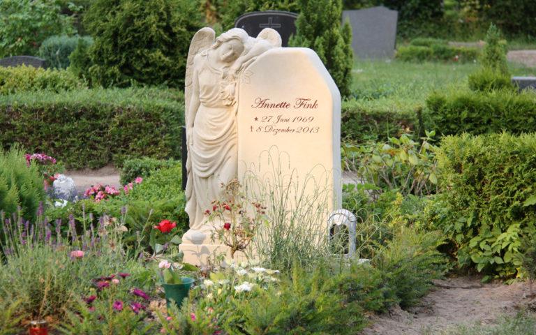 Einzelgrab gestalten Beispiel Grabbepflanzung Sommer Stauden Grabpflanzen Friedhofspflanzen Gingst Rügen Steinmetz