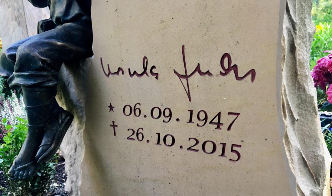 Grabstein Beschriftung Gravur mit Ausmalung Gestaltung Steinmetz Berlin Pankow Friedhof