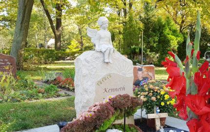 Einzelgrabstein für ein Kindergrab aus Kalkstein auf dem Friedhof Goethestraße in Berlin