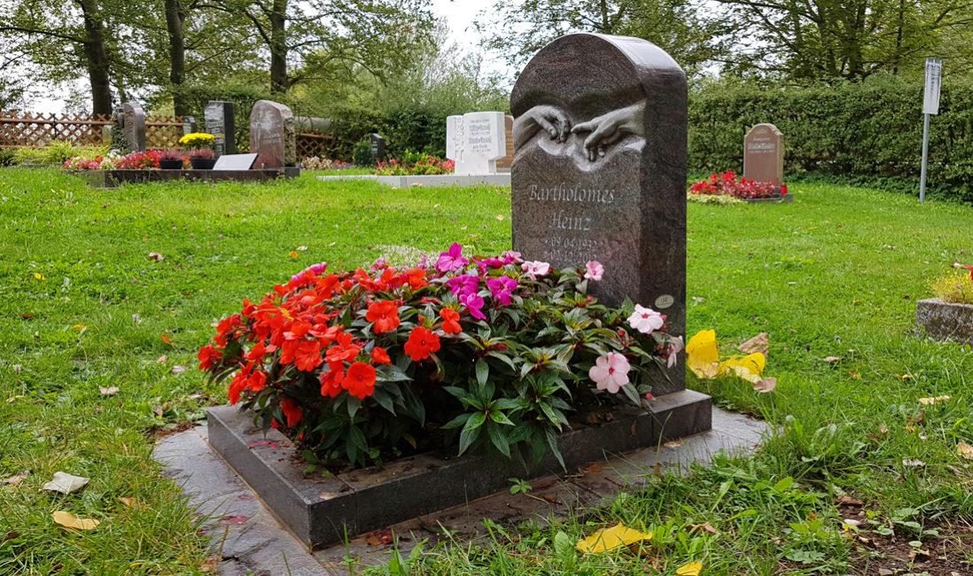 Gestaltungsmöglichkeiten Grabschmuck Urnengrabgestaltung Pflanzen Sommer Grabgestaltung Urnengrab modern Urnengrabmal Michelangelo