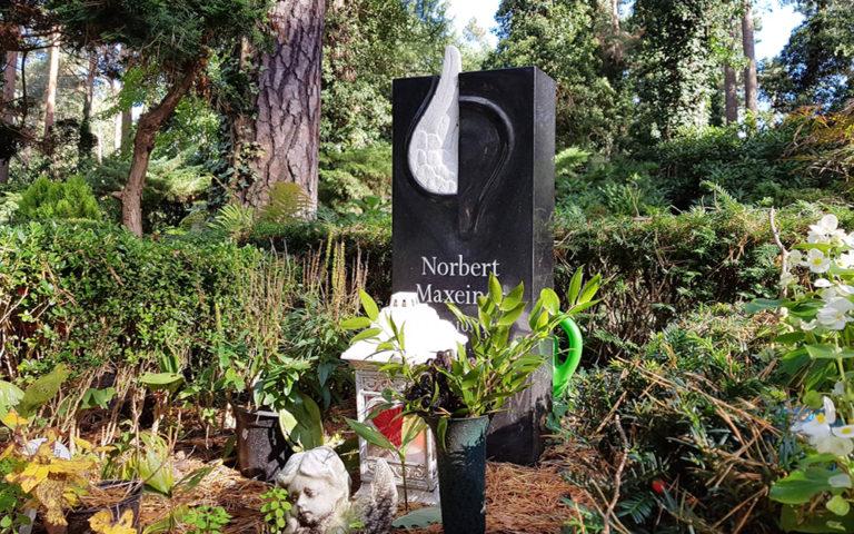 Urnengrabstein Urnengrab Urnengrabstätte gestaltung gestalten Berlin Dahlem Waldfriedhof Steinmetz