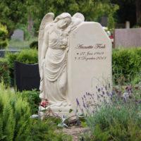 Friedhofsengel Sandstein Grabgestaltung Einzelgrab Grabstätte Grabgestaltung Engel Grabstein Steinmetz Gingst Rügen Friedhof