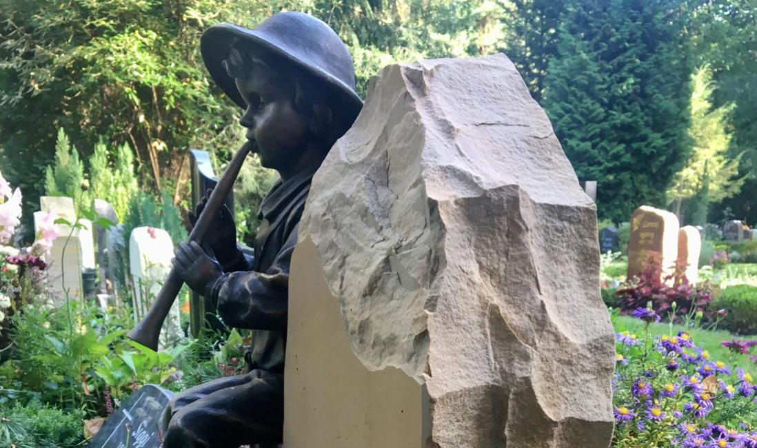 Grabstein Flötenspieler Bronze Urnengrab Kalkstein Bronze Berlin Pankow Städtischen Friedhof III Seitenansicht Steinmetz