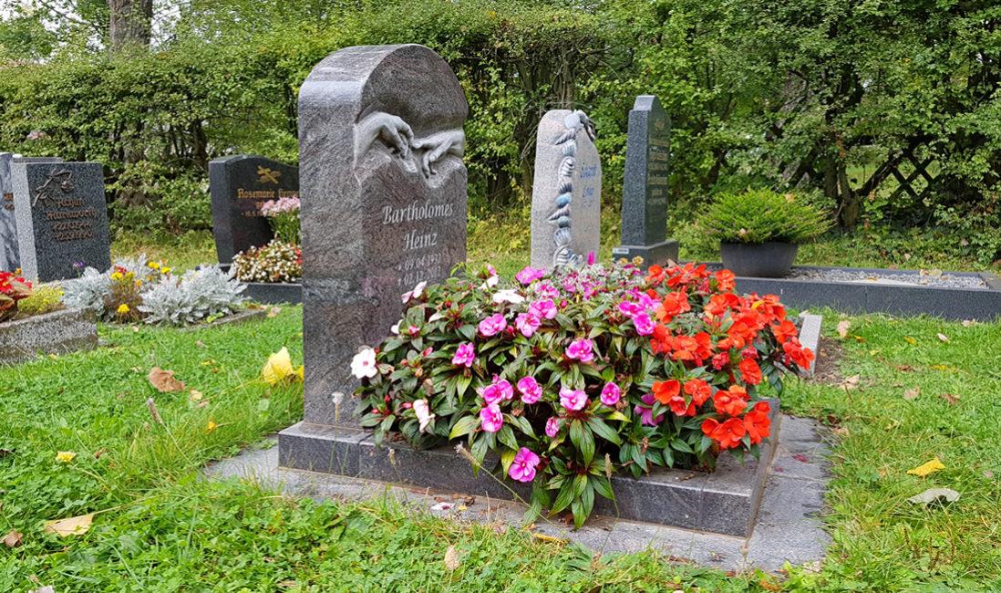 Bepflanzung Grabschmuck Grabdeko Urnengrab Gestaltung modern im Sommer Blumen Pflanzen Beispiel Friedhof Hammerstedt