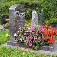 Gestaltung Urnengrab Design modern Pflanzen Blumen Idee Urnengrabstein Granit Paradiso Michelangelo
