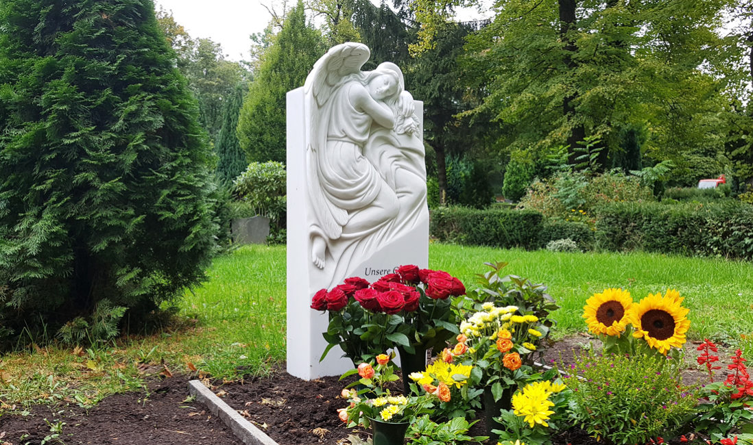 Grabgestaltung Sommer Grab Pflanzen Beispiele Bilder Fotos Engel Grabstein Marmor Einzelgrab Steinmetz St. Johannis Friedhof Berlin