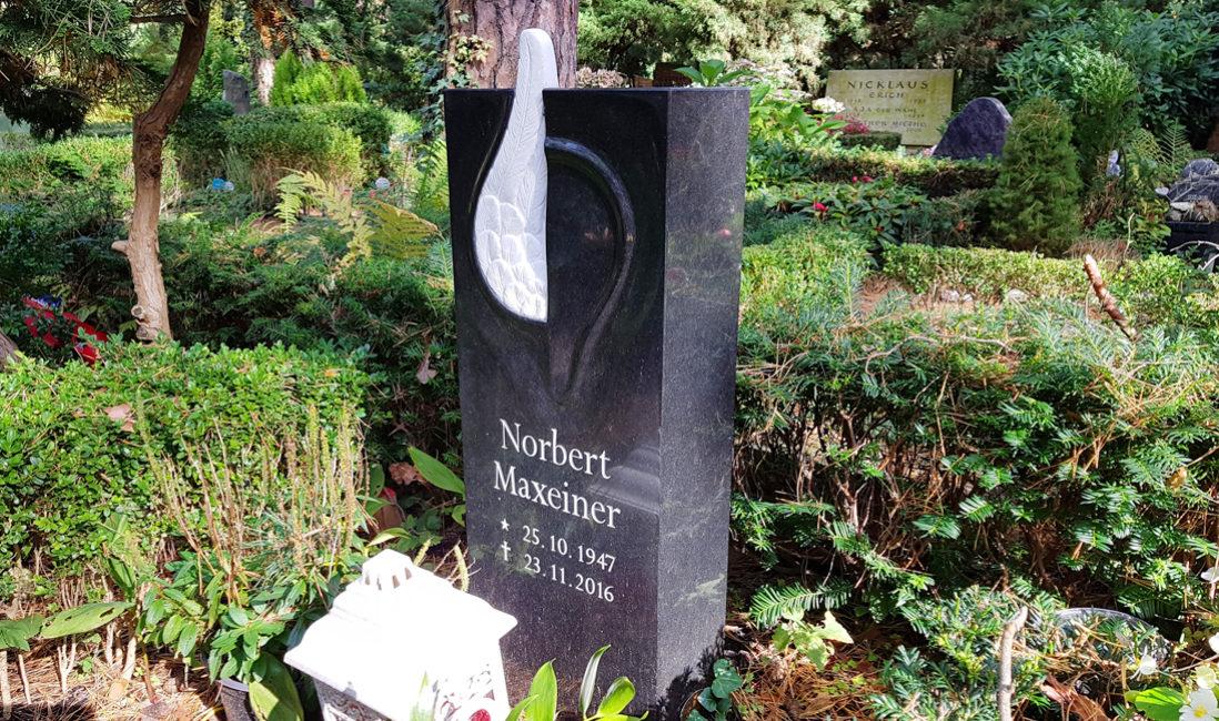 Urnengrab Urnengrabstätte Grabstein Engelsflügel Granit Marmor Engel Flügel Steinmetz Berlin Friedhof Dahlem