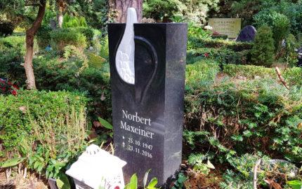 Grabmal für eine Urnengrabstelle aus Granit auf dem Waldfriedhof Dahlem in Berlin