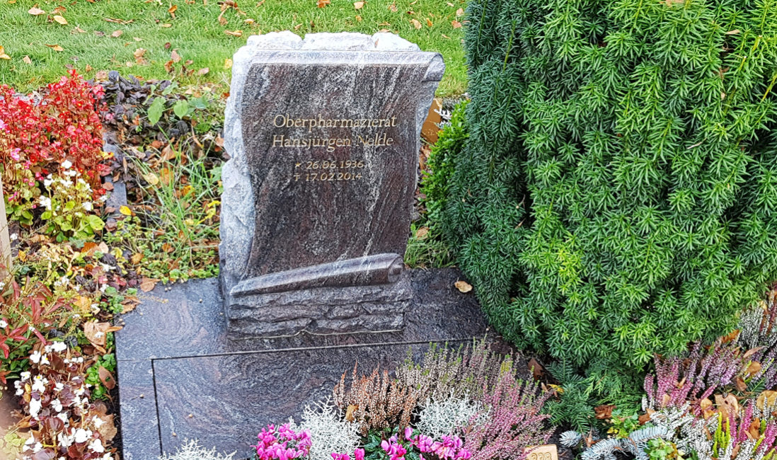 Grabgestaltung Urnengrab mit Einfassung Platte pflegeleicht Beispiel Idee Vorschlag Berlin Friedhof Altglienicke