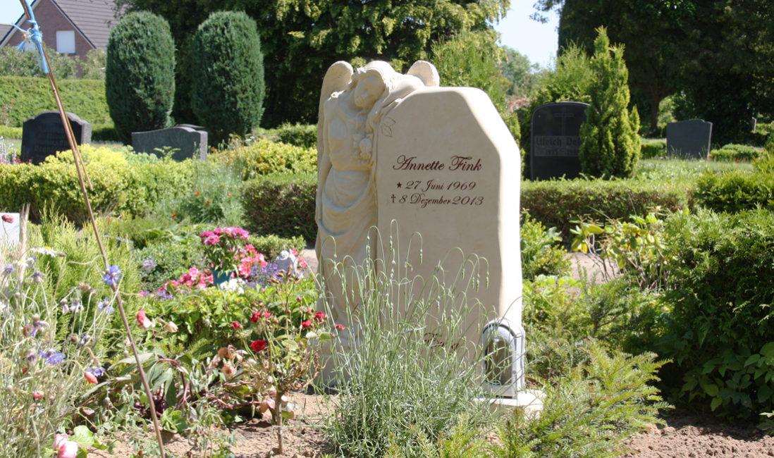 Einzelgrabstätte Gestaltung Beispiel Grabengel Bepflanzung Sandstein Gingst  Friedhof Gingst Rügen Mecklenburg Vorpommern