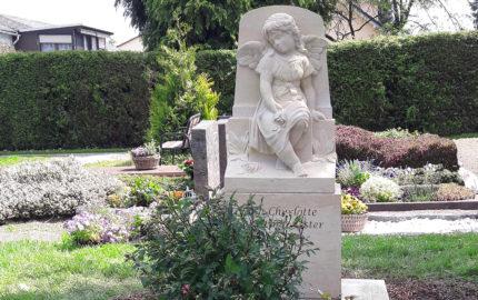 Grab für Junge Menschen (Kindergrab) gestalten - Grabstein mit Engel / Grabeinfassung aus hellem Sandstein / Bad Vilbel Friedhof Massenheim<br />