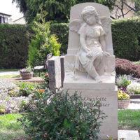 Engel Kindergrabstein Grabmal Junge Menschen Grabengel aus Sandstein Naturstein Bildhauer Kindergrabstätte gestalten Gestaltung Steinmetz Bad Vilbel Friedhof Massenheim
