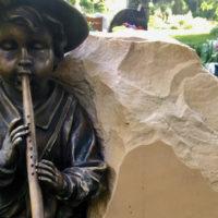 Urnengrabstein Flötenspieler Grabstätte Urnengrab Steinmetz Berlin Pankow Friedhof