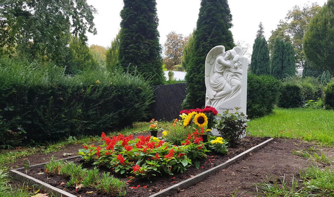 Grabgestaltung Blumen Pflanzen Sommer Beispiele Fotos Bilder Ideen Sommerbepflanzung Grab Engel Grabsteine Marmor kaufen Steinmetz St. Johannis Friedhof Berlin