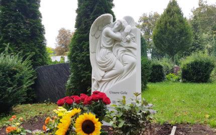 Gedenkstein mit Engel für ein Einzelgrab aus Marmor auf dem St. Johannis Friedhof in Berlin