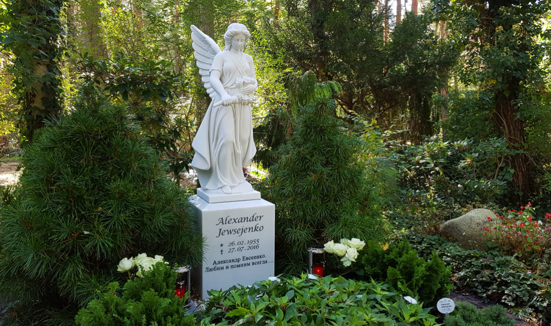 Familiengrab Engelgrabstein Marmor Waldfriedhof Zehlendorf Berlin Seitenansicht