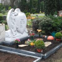 Doppelgrabstein Familiengrabstein Grabgestaltung Doppelgrabstätte Familiengrabstätte Engel Herz Marmor Grabengel Figur Steinmetz Berlin Friedhof Luisenkirchhof III
