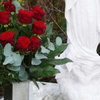 Grabschmuck Rosen Friedhof Köln Brück