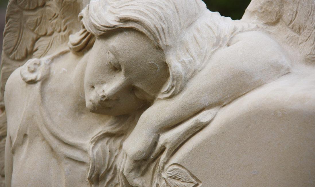 Grabstein Engel Sandstein hell Trauernde Engelsfrau Friedhof Gingst Rügen Mecklenburg Vorpommern