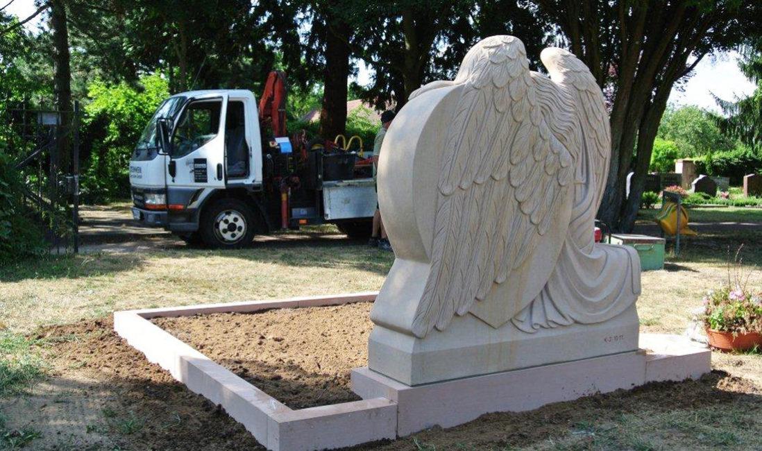 Grabdenkmal Grabanlage mit Engel Skulptur Herz Steinmetz Bildhauer Familiengrabstätte Doppelgrabstätte Darmstadt