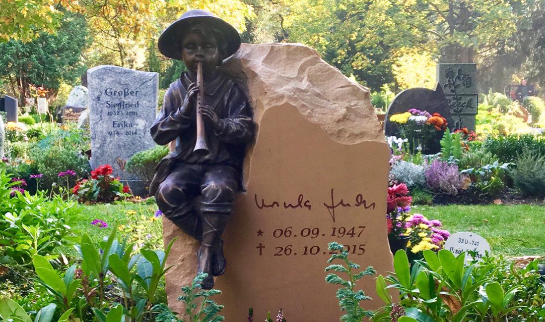 Urnengrabstein Urnengrab Naturstein Flötenspieler Bronze Figur Grabstein Gestaltung Steinmetz Berlin Pankow Friedhof