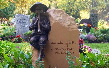 Gedenkstein für ein Urnengrab aus Kalkstein und Bronze in Berlin Pankow auf dem Städtischen Friedhof III