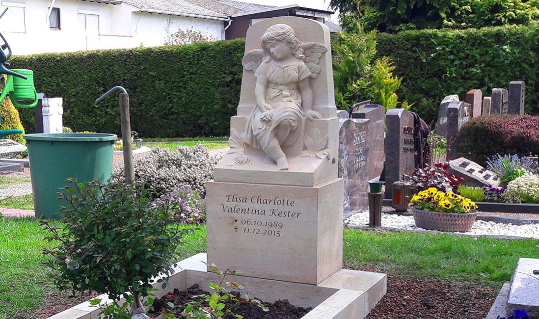 Kindergrabmal Engel Skulptur Motiv Modell Sandstein Bildhauer Kindergrab mit Einfassung Gestaltung Muster Idee Steinmetz Bad Vilbel Friedhof Massenheim