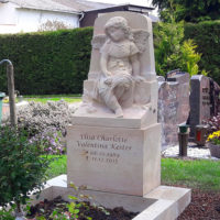 Historischer Grabengel Kindergrab Engel auf Grab Grabfigur Engel Deko Grabstein Kinder gestalten Kindergräber Steinmetz Bad Vilbel Friedhof Massenheim