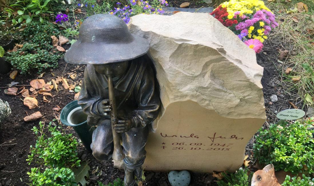 Urnengrabanlage Grabstein Urnengrabstein Flötenspieler Bronze Figur Berlin Pankow Städtischen Friedhof III Seitenansicht Steinmetz