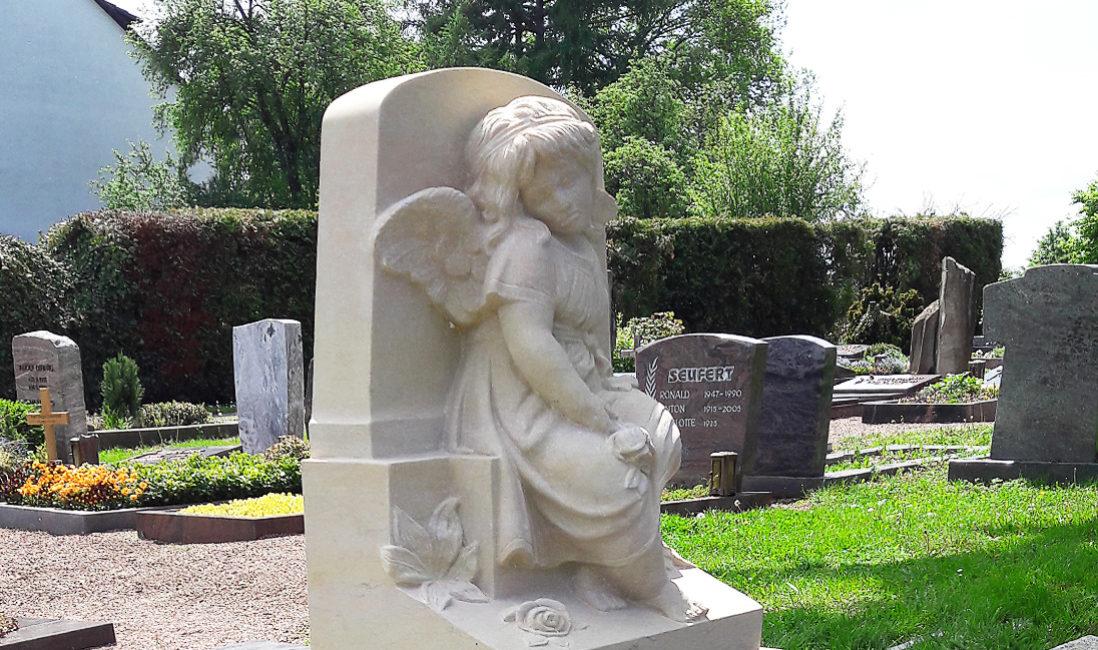 Ideen für Kindergrab Gestaltung Kindergräber Grabsteine mit Engel Grab für Junge Menschen gestalten anlegen Ideen Beispiele Bilder Steinmetz Bad Vilbel Friedhof Massenheim