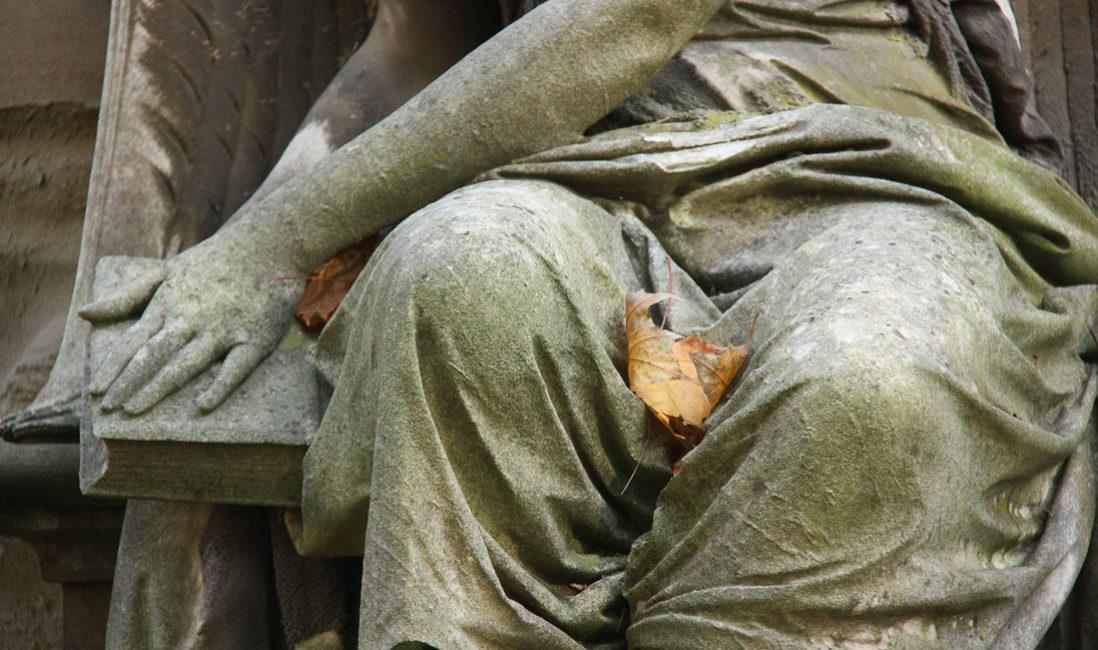 historische Familiengrabstein Engel Gedenkstein Sandstein Südfriedhof Gera Detailansicht