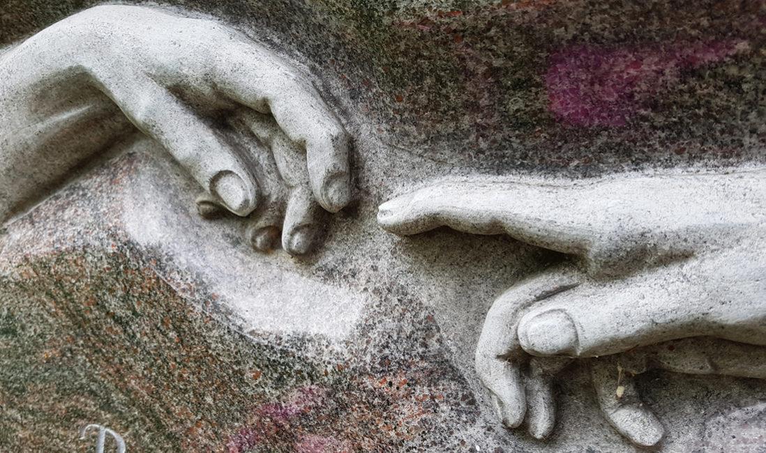Grabstein Michelangelo berührende Hände Finger Granit Paradiso Fresko sixtinische Kapelle Rom