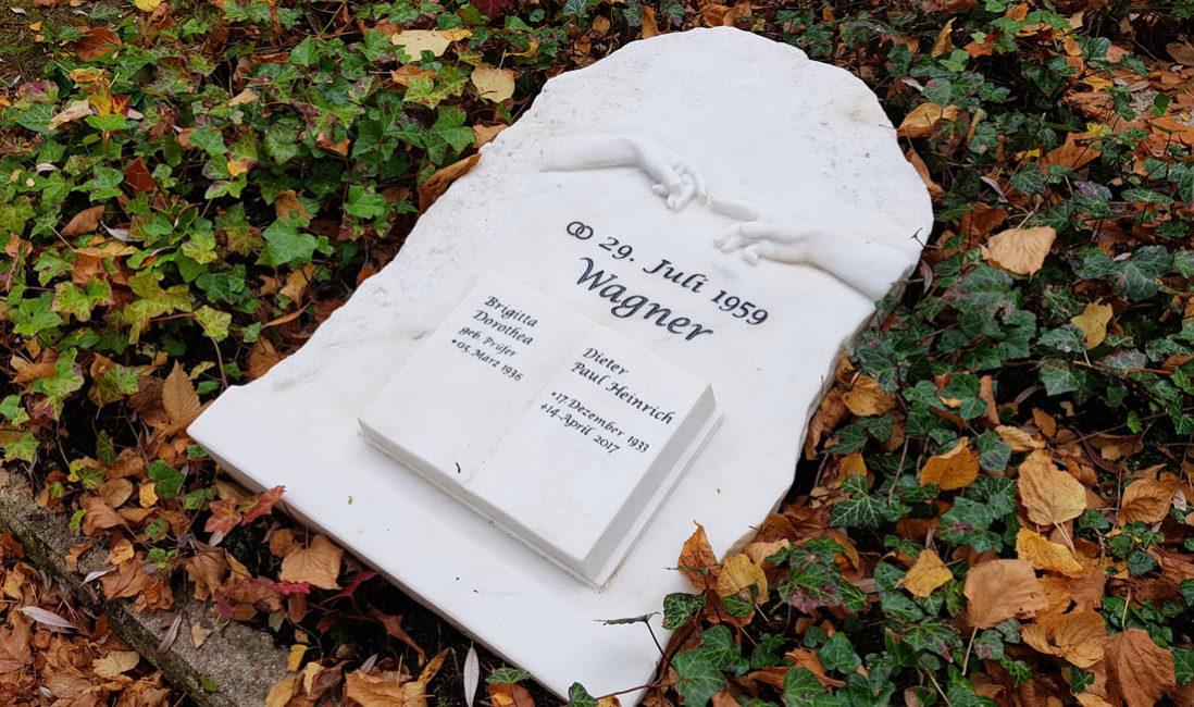 Familiengrab mit Grabstein liegend Marmor Michelangelo Berührungen Rom Sixtinische Kapelle Liegestein Familiengrab Steimmetz Gera Ostfriedhof Thüringen