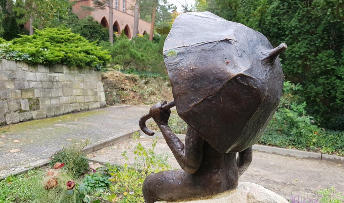 Gedenkstein  Bronze Figur Skulptur für Grabstein Einzelgrabmal Familiengrab Sandstein Friedhof Heerstraße Berlin Detail Steinmetz Berlin Friedhof Heerstraße