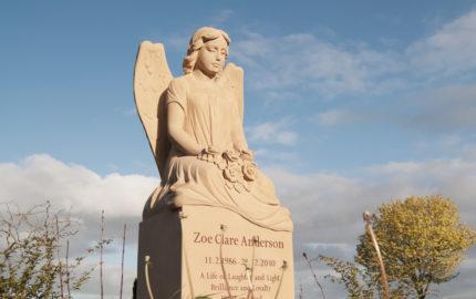 Grabmal mit Engelskulptur für ein Einzelgrab aus Sandstein in Somerton Somerset auf dem Friedhof