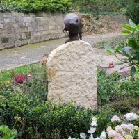 Grabstein Felsen mit Figur Steinmetz Friedhof Heerstraße Berlin