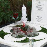 Gestaltung Familiengrab Grablatten Grababdeckung Grabeinfassung Doppelgrab Grabfigur Friedhof Köln Brück Steinmetz