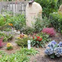 Bepflanzung Grab im Herbst schattiger Standort Beispiel Doppelgrab Familiengrab Steinmetz Friedhof Heerstraße Berlin