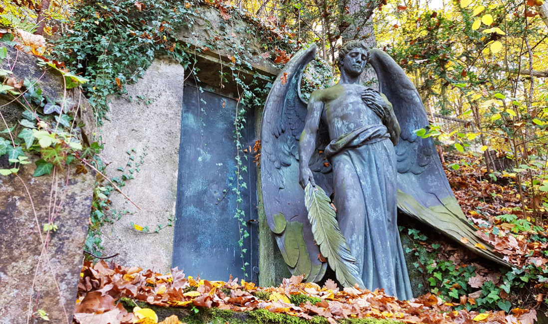 historisch Grabengel Familiengedenkstätte Gruft Bronze Untermhäuser Friedhof Gera Perspektive