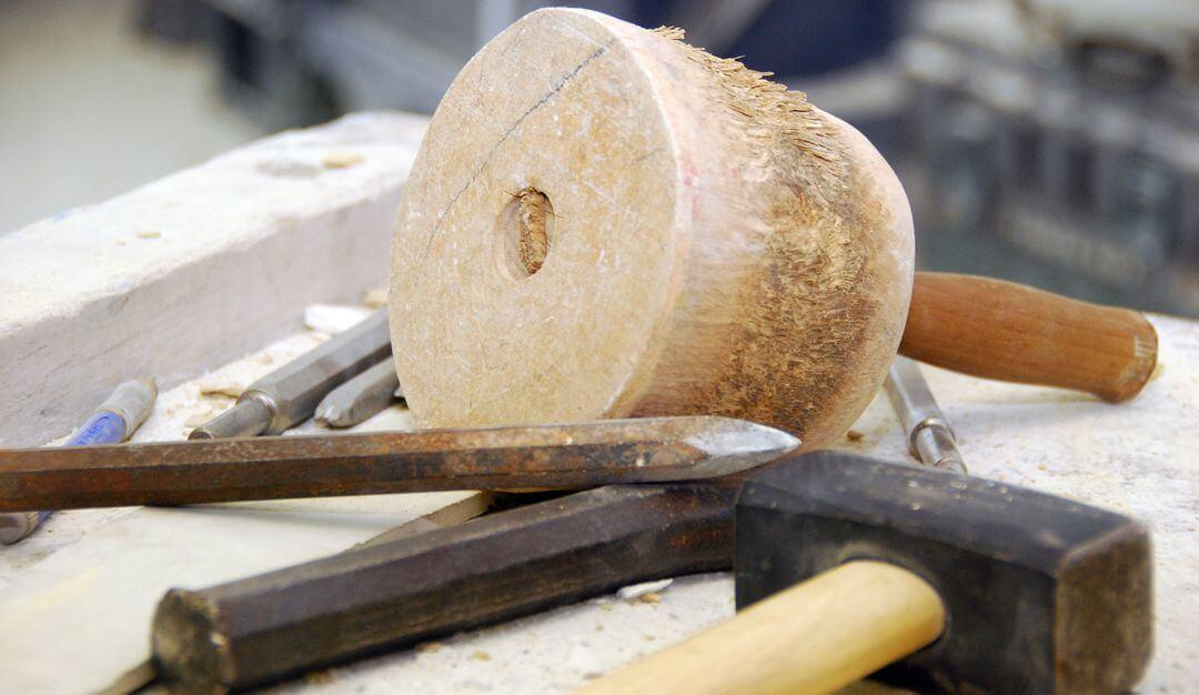 Hammer, Meißel und Klüpfel gehören zu den wichtigen Werkzeugen eines Steinmetzes. | Bildquelle: © Stilvolle Grabsteine