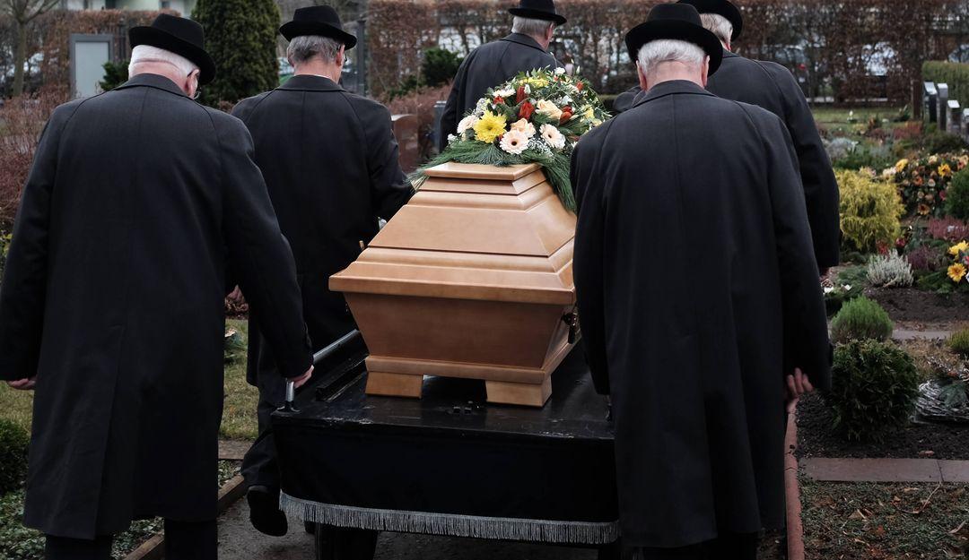 Der Sarg wird gemeinsam zur Grabstätte begleitet. | © Eugen Thome