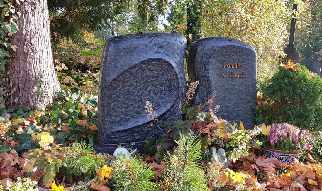 Grabstein Granit Flügel Urnengrab Südfriedhof Gera Seitenansicht