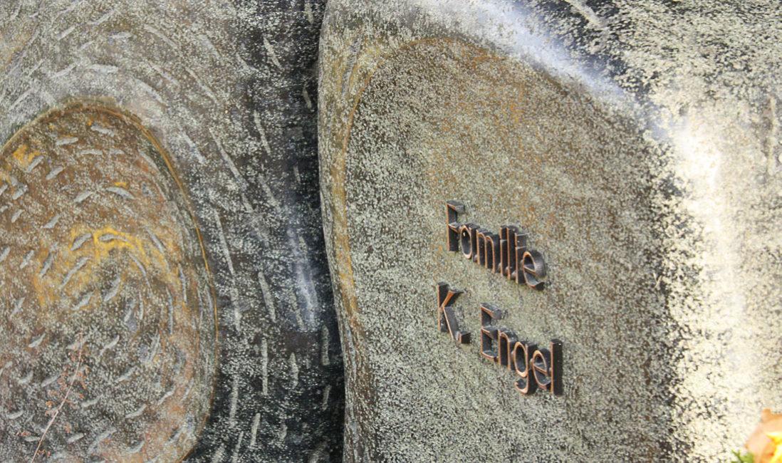 Grabstein Granit Flügel Urnengrab Südfriedhof Gera Detail