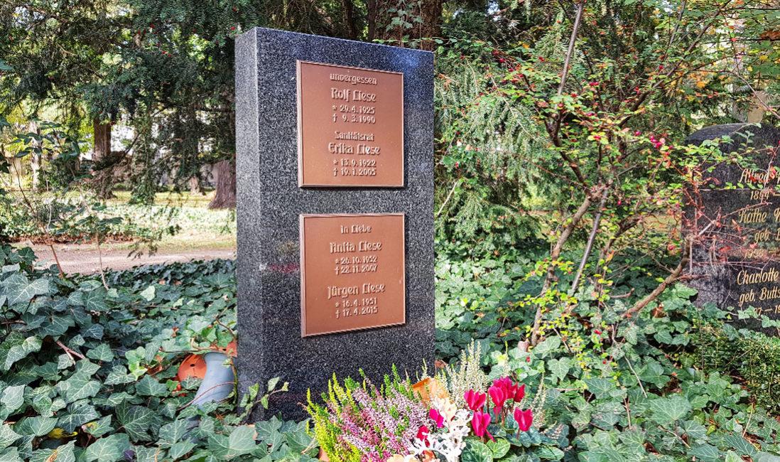 Urnengrabstein Granit Bronzeplatten Familiengrab Südfriedhof Gera Seitenansicht