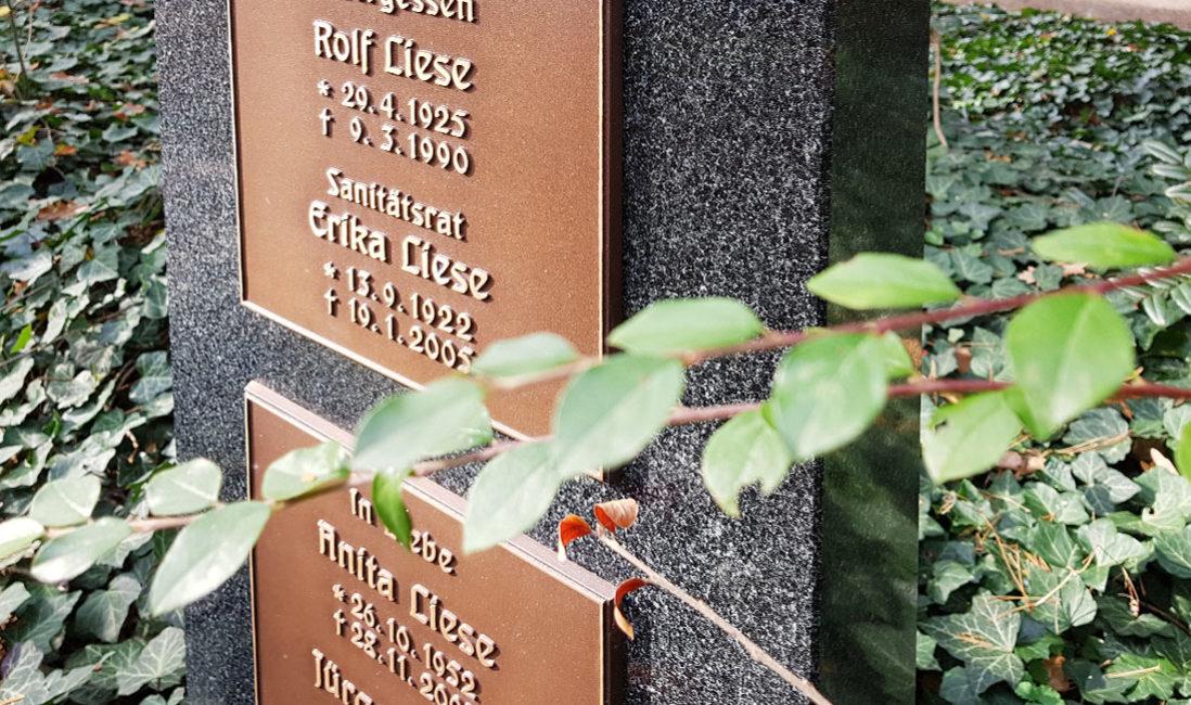 Urnengrabstein Granit Bronzeplatten Familiengrab Südfriedhof Gera Detail