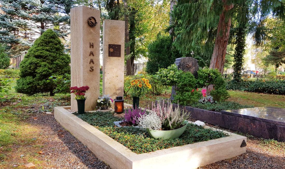 Zweiteilig Grabmal Kalkstein Bronzerelief Familiengrabstelle Einfassung Südriedhof Gera Grabstelle